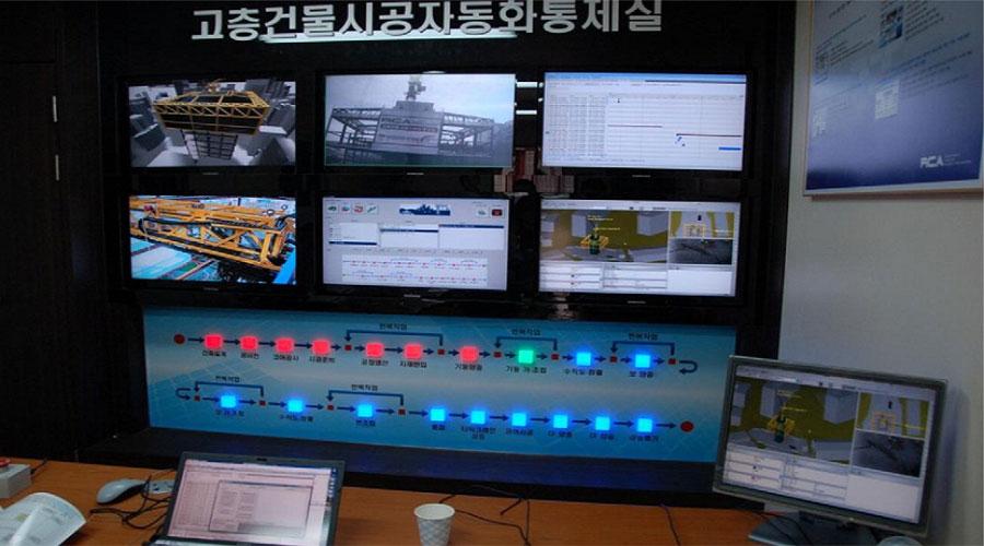 """این سیستم رفع نقطه کور اپراتور تاورکرین در طی برنامه صنعتی سازی ساختمان با استفاده از جرثقیل های رباتیک تولید شده که توسط وزارت مسکن کره جنوبی راه اندازی شدی است. در این سیستم، اطلاعات بدست آمده توسط سنسورها پس از تطابق با مدل BIM ساختمان، هم برای هدایت اپراتور در کابین تاورکرین به نمایش در می آید و هم به یک اتاق کنترل مرکزی ارسال می شود. اتاق کنترل مرکزی وظیفه دارد در صورت بروز حوادث خاص، کل سیستم تاورکرین را متوقف نماید. براساس مدل پذیرش تکنولوژی های جدید (TAM) خلق یک فناوری رفع نقطه کور اپراتور تاورکرین برای استفاده در صنعت ساختمان نبوده و باید این فناوری مورد استقبال کاربران قرار گیرد. میزان استقبال کاربران براساس دو مولفه """"سهولت استفاده"""" و """"مفید بودن"""" مورد ارزیابی قرار می گیرد. به این منظور، فناوری پیشنهادی به مدت 71 روز در یک پروژه 7 طبقه توسط 3 تاورکرین مورد آزمایش قرار گرفت. از نظر سهولت استفاده، با نظر کاربران مقرر شد از مانیتورهای صفحه لمسی استفاده نشود، چرا که درگیری دست اپراتور با اهرم های کنترلی تاور، استفاده از صفحه لمسی را سخت می کند. همچنین اپراتورها ترجیح می دهند به جای مدل 3 بعدی از مدل 2 بعدی استفاده کنند، چرا که درک سریع مدل 2 بعدی برای آن ها آسان تر است. علیرغم نمایش گرافیکی موقعیت تاور، ساختمان های اطراف و بار در حال حمل، اپراتورها ترجیح می دهند فواصل و زوایای برآورد شده را بصورت جدول عددی هم روی مانیتور داشته باشند. بهترین سایز مانیتور برای استفاده بهینه در کابین تاور، حدود 13 اینچ برآورد شده و بهترین محل قرارگیری آن در کنار اهرم های کنترلی و مقابل صندلی اپراتور می باشد. اینکه مانیتور در سمت چپ یا راست اپراتور قرار بگیرد، تاثیر چندانی بر عملکرد اپراتور ندارد. مانیتور باید به سه بخش تقسیم شود که نما از بالا، نما از کنار و تصویر ویدئویی تاورکرین را نمایش می دهند. نمای کناری حتماً باید حین چرخش تاورکرین، به جای چرخاندن واقعی تاور به نمایش چرخیدن محیط و ساختمان های حول تاور بپردازد. در غیر اینصورت مشاهده شده است که اپراتور در مورد میزان چرخش تاور گیج می شود."""